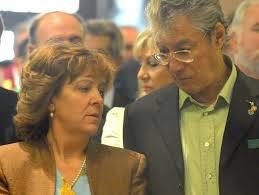 UMBERTO BOSSI Y SU MUJER MANUELA MARRONE
