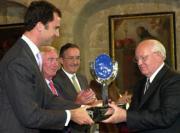 El entonces Principe Felipe de Asturias, hoy Rey Felipe VI, entregando el Premio Carlos V que otorga la Fundación Academia Europea de Yuste, al último Presidente de la antigua Unión Soviética Migail Gorbachov.- Junio de 2002
