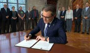 ARTUR MAS FIRMA DECRETO DE DESIGNACIÓN DE LA JUNTA ELECTORAL, IGNORANDO SENTENCIA DEL TC DE SUSPENSION DE LA LEY DE CONSULTA Y DEL DECRETO DE CONVOCATORIA DEL 9N,.