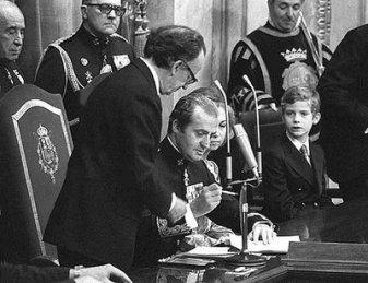 """S.M. el Rey D. Juan Carlos I firmando, sancionando la Constitución el 27 de Diciembre de 1978 SM Reina Sofía y el Príncipe de Asturias a su lado, constituyendo parte trascendental de este hecho y acontecimiento JURIDICO de la vida POLITICA y SOCIAL de nuestra España, en cumplimiento de su natural destino: ser especial puente entre la """"Unión Europea"""" y América Latina"""".-"""