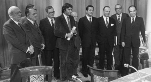En un mes de octubre de 1977, el día 25, se firmaron los denominados Pactos de la Moncloa. El Gobierno, los partidos políticos con representación parlamentaria, el sindicato Comisiones Obreras y las asociaciones empresariales plasmaron en un acuerdo su decisión de procurar la estabilización del proceso de transición para hacer frente a la grave crisis económica. Los firmantes fueron finalmente Adolfo Suarez en nombre del gobierno, Leopoldo Calvo-Sotelo, por UCD, Felipe González, por el PSOE, Santiago Carrillo, por el Partido Comunista, enrique Tierno Galván, por el PSP, Joseph maría Triginer, por el PSC, Joan Raventós, por Convergencia Socialista de Cataluña, Juan Ajuriaguerra, por el PNV y Miquel roca, por Convergencia i Unió. Manuel Fraga, de Alianza Popular sólo firmó los acuerdos de carácter económico.