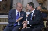 El Rey Felipe VI y don Juan Carlos, durante el solemne acto conmemorativo del XXX aniversario de la firma del Tratado de Adhesión de España a la UE. EFE