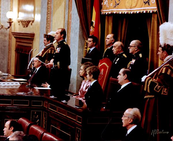 Su Majestad el Rey pronuncia el discurso acompañado por Su Majestad la Reina, Su Alteza Real el Príncipe Felipe; Fernando Álvarez de Miranda, presidente del Congreso; y Antonio Fontán, presidente del Senado.