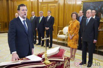 Mariano Rajoy jura su cargo como presidente del Gobierno ante los Reyes y los máximos representantes de los tres poderes del Estado en Zarzuela. (Getty Images) 21 Diciembre 2011 14:44