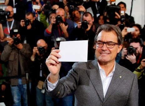 Artur Mas deposita su voto en la urna de la Escuela Pia de Barcelona.(Reuters) SIMULACRO DE ELECCIÓN 9N