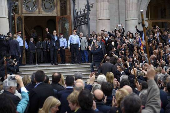 ARTUR MAS ARMA A SUS GRUPOS A LA PUERTA DEL JUZGADO.- 15 de octubre de 2015.-