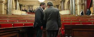 """Oriol Junqueras y Artur Más en el Parlamento Catalan (Efe) IMAGEN MUY REPRESENTATIVA DEL PODER QUE OSTENTAN Y QUE MAL EJERCEN CONTRA EL PUEBLO CATALÁN Y CONTRA ESPAÑA!.- HOY A ELLOS DEBEMOS SUMAR LA FIGURA DE ROMEVA Y DE BAÑOS, DESGRACIADAMENTE! ESTA ES LA CASA SAGRADA DE LAS LEYES , PARA GUIAR LOS DESTINOS DE LA COMUNIDAD EN FORMA POSITIVA!.- TODO LO CUAL NO HA OCURRIDO EN CATALUÑA DESDE HACE AÑOS EN LO QUE A SU COMUNIDAD AUTONÓMICA SE REFIERE.- EL PUEBLO CATALÁN DEBE SABER QUE SU VOZ """"REPRESENTADA HOY EN UN 52%- TIENE RESGUARDO CONSTITUCIONAL Y DE VUESTRO ESTATUTO CATALÁN VIGENTE Y LAS AUTORIDADES DE LA ESPECIAL DEMOCRACIA ESPAÑOLA, ACTUARÁN EN VUESTRA DEFENSA EN FUNCIÓN DE ELLO! http://www.elconfidencial.com/espana/cataluna/2014-08-02/el-caso-pujol-una-plaga-para-ciu-que-seguira-como-comision-de-investigacion_169903/"""