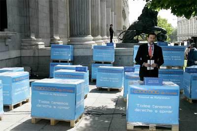 RAJOY PRESENTA EN EL CONGRESO 4 MILLS DE FIRMAS POR UN REFERENDUM SOBRE EL ESTATUTO 25 04 2006