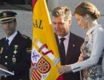 La Reina Letizia y el director general de la Policía Nacional, Ignacio Cosidó (i), durante el acto de entrega de la bandera de España a la Policía Nacional Leer más: La Reina entrega a la Policía la bandera, simbolo «estímulo de unión, compromiso y emoción» http://www.larazon.es/espana/la-reina-entrega-a-la-policia-nacional-la-bandera-como-estimulo-de-union-compromiso-y-emocion-CH11166985#Ttt1mkwSAFyQQMgc Convierte a tus clientes en tus mejores vendedores: http://www.referion.com