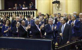 El senador del Partido Popular (PP), Pío García Escudero (1ª fila-d), aplaudido por el resto de senadores, tras ser reelegido hoy por mayoría absoluta presidente del Senado por segunda legislatu