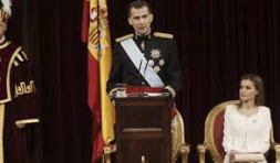 Señoras y Señores Diputados y Senadores, Hoy puedo afirmar ante estas Cámaras -y lo celebro- que comienza el reinado de un Rey constitucional. UN REY QUE ACCEDE A LA PRIMERA MAGISTRATURA DEL ESTADO DE ACUERDO CON UNA CONSTITUCIÓN QUE FUE REFRENDADA POR LOS ESPAÑOLES Y QUE ES NUESTRA NORMA SUPREMA DESDE HACE YA MÁS DE 35 AÑOS. Un Rey que debe atenerse al ejercicio de las funciones que constitucionalmente le han sido encomendadas y, por ello, ser símbolo de la unidad y permanencia del Estado, asumir su más alta representación y arbitrar y moderar el funcionamiento regular de las instituciones. Un Rey, en fin, que ha de respetar también el principio de separación de poderes y, por tanto, cumplir las leyes aprobadas por las Cortes Generales, colaborar con el Gobierno de la Nación -a quien corresponde la dirección de la política nacional- y respetar en todo momento la independencia del Poder Judicial.
