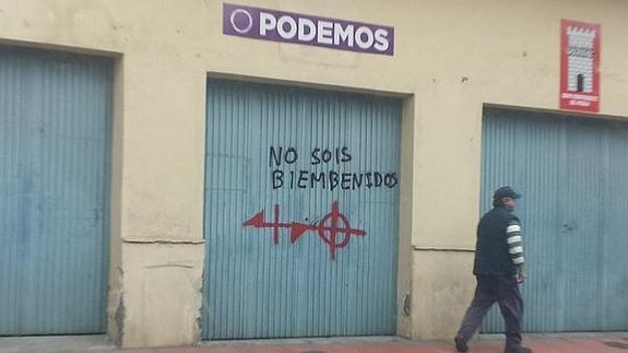 La sede local de Podemos en Huércal de Almería amaneció ayer con pintadas amenazantes en su puerta. «No sois 'bienbenidos'» (sic.) le pintaron en el portón de acceso del inmueble en el que se reúnen los miembros del consejo ciudadano huercalense junto con sendas dianas. Los hechos habrían tenido lugar de madrugada, http://www.ideal.es/almeria/provincia-almeria/201601/29/pintan-varias-dianas-sede-20160129175625.html