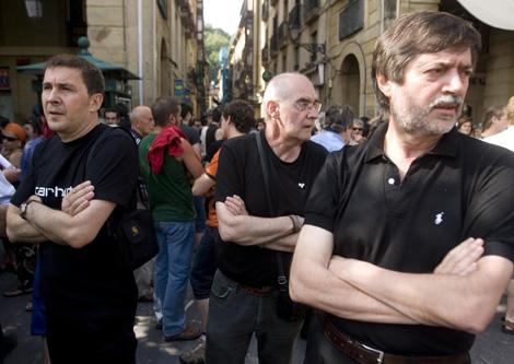El sindicato LAB, Langile Abertzaleen Batzordeak -o Comisiones de Obreros Patriotas- se creó en 1974 como parte del Movimiento de Liberación Nacional Vasco y es a día de hoy la única organización de peso de la izquierda abertzale que se mantiene en la legalidad tras las diferentes actuaciones judiciales contra el entramado 'civil' de la banda terrorista ETA. El sindicato, con unos 32.000 afiliados, tiene influencia además de en el País Vasco, en el país vascofrancés y en Navarra, y desde su misma fundación se definió como un movimiento para la liberación de la clase obrera no sólo en lo social sino también en lo nacional. Entre sus fundadores, se encuentran figuras muy conocidas de la izquierda abertzale como José Luis Cereceda, Martin Auzmendi, Xabier Elorriaga o Jon Idigoras. Idígoras, uno de sus miembros más conocidos, fue portavoz de la izquierda independentista en la década de 1980, tuvo numerosos procedimientos abiertos en el Tribunal Supremo por sus declaraciones y fue encarcelado en 1997 junto al resto de los miembros de la Mesa Nacional de Batasuna por orden del juez Garzón, acusado de colaborar con ETA. Aunque en 1975 LAB comenzó a colaborar con el sindicato ELA-STV, cercano al Partido Nacionalista Vasco, la relación entre ambas organizaciones se deterioró por la negativa de LAB de condenar los asesinatos de ETA.http://www.elmundo.es/elmundo/2009/10/13/paisvasco/1255460575.html