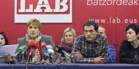 OPERACIÓN MATE! La secretaria general del sindicato LAB, Ainhoa Etxaide , a la izquierda, acompañada por miembros del sindicato este miñercoles en San Sebastián http://ccaa.elpais.com/ccaa/2015/01/14/paisvasco/1421266019_916155.html