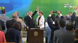 """El exmandatario brasileño Luiz Inácio Lula da Silva asumió hoy el cargo de ministro de la Presidencia del Gobierno de su pupila política Dilma Rousseff, en medio de protestas de grupos opositores y manifestaciones de apoyo. Leé también: Profecía autocumplida: """"Cuando un rico roba se vuelve ministro"""", criticaba Lula en un video Salpicado por sospechas de corrupción, Lula juró ante Rousseff en un acto realizado en el Palacio presidencial de Planalto, que fue cercado por cientos de personas que expresaban su apoyo al Gobierno o su rechazo al ingreso del exmandatario al gabinete. Leé también: Brasil: Diputados avanza con el proceso de juicio político contra Dilma Rousseff A la ceremonia asistieron decenas de parlamentarios de la base oficialista, que recibieron a Lula y a Rousseff al grito de """"no habrá golpe"""", en alusión al posible juicio político contra la mandataria, que será retomado hoy en la Cámara de Diputados. También estaban presentes legisladores de la oposición, algunos de los cuales gritaban """"vergüenza"""" y se enzarzaron en un breve duelo de coros con el oficialismo. Las escuchas que agravaron la crisis fueron divulgadas este miércoles por el juez Sergio Moro, del sureño estado de Curitiba y responsable de la investigación en la petrolera estatal Petrobras, que afecta a decenas de políticos, entre los que está el propio Lula.http://tn.com.ar/internacional/en-medio-del-escandalo-lula-asume-como-jefe-de-gabinete-de-dilma_659706"""