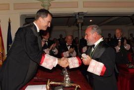 Su Majestad el Rey saluda a Don Manuel Aragón tras su ingreso en la Real Academia