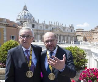 El presidente de la Comisión Europea, Jean-Claude Juncker (izquierda), y el del Parlamento Europeo, Martin Schulz (derecha), posan durante una rueda de prensa en Roma, Italia, hoy, 6 de mayo de 2016, tras la ceremonia de entrega del premio Carlomagno al papa Francisco en el Vaticano.- (EFE/Maurizio Brambatti) Juncker y Schulz piden en el Vaticano responsabilidad con los refugiados - See more at: http://yucatan.com.mx/internacional/europa/juncker-y-schulz-piden-en-el-vaticano-responsabilidad-con-los-refugiados#sthash.SM3GqiDT.dpuf