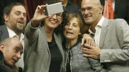 """La 'número dos' de Junts Pel Sí y expresidenta de la Asamblea Nacional Catalana, Carme Forcadell, ha sido elegida este lunes presidenta del Parlament de la XI Legislatura con 77 votos a favor, 57 votos en blanco y uno nulo en la primera vuelta. De esta manera, la nueva presidenta ha logrado los votos del 57% de la Cámara catalana, lo que supone cinco votos más que la suma de diputados de Junts Pel Sí (62) y la CUP (10) alcanzando así la mayoría absoluta. Aunque la votación ha sido secreta, los cinco votos que han aupado a Forcadell a la Presidencia de la Cámara pertenecen al grupo de Catalunya Sí Que Es Pot -formado por Podemos-, que logró 11 diputados el 27-S, ya que tanto Ciudadanos, el PSC como el PP han cuestionado públicamente la idoneidad de la 'número dos' de Junts Pel Sí para ocupar este cargo. Fuente de este grupo aseguran que han decidido dar la mitad de sus votos a la elección de Forcadell para darle """"una oportunidad"""" para ser """"la presidenta de todos y de todos"""" Como era de esperar, los diputados de Junts pel Sí Lluís Maria Corominas y de Ciudadanos José María Espejo-Saavedra han sido elegidos vicepresidente primero y segundo, respectivamente, del Parlamento catalán.http://www.elconfidencial.com/espana/cataluna/2015-10-26/carme-forcadell-presidenta-parlament_1071972/ NO OLVIDAR LA GRAN SORPRESA DE TODO ELLO; EL APOYO DE 5 VOTOS DE """"CATALUÑA SI QUE ES POT"""" CONFLUENCIA CON PODEMOS, CUANDO SE HABIAN PRESENTADO COMO PARTIDO, """"NO SOBERANISTA"""".- RECORDAR SIEMPRE: PABLO IGLESIAS POSEE LA MISMA NATURALEZA """"DE AMBIGÚEDAD Y GALIMATIAS; DE DOBLE SENTIDO PARA LUEGO, HACER LO QUE LES VIENE EN GANA"""" QUE ARTUR MÁS!"""
