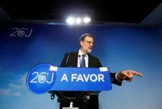 """ariano Rajoy comenzará a trabajar esta misma semana para que a finales de julio o principios de agosto haya un Gobierno presidido por él, fraguado sobre un sólido apoyo parlamentario. Un Ejecutivo """"estable"""" y """"para cuatro años"""". Pero, en el caso de no lograrlo, sus planes no cambian mucho. Rajoy está decidido a gobernar, aunque sea en minoría, con el respaldo que ha obtenido y """"con pactos puntuales"""". Tras su vuelta de Bruselas el miércoles o el jueves, el dirigente popular y presidente cerrará una ronda de contactos con el resto de formaciones políticas para alcanzar un pacto de gobernabilidad. Su primer encuentro será con Pedro Sánchez, con quien ya habló la misma noche de las elecciones. Después, se reunirá con el resto de fuerzas parlamentarias. http://www.elmundo.es/espana/2016/06/28/57719a8422601dda668b45a9.html?cid=MNOT23801&s_kw=mariano_rajoy_quiere_formar_gobierno_en_julio_aunque_sea_en_solitario"""