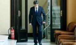 """Carles Puigdemont constató ayer que no tiene mayoría para seguir gobernando Cataluña. El no de la CUP a los presupuestos provocó que el presidente de la Generalitat diera por roto el pacto de legislatura. Cinco meses después de sustituir a Artur Mas al frente del Govern, y para que el Ejecutivo independentista no cayera casi inmediatamente, Puidemont anunció que se someterá después del verano a una cuestión de confianza, en la que volverá a depender de la CUP. El president subrayó que, si no la supera, habrá nuevas elecciones autonómicas. La cuestión de confianza constituye la enésima pirueta política en Cataluña desde que, en la Diada de 2012, Artur Mas abrazara el soberanismo. Puigdemont dijo que se someterá a la decisión del Parlament para salvar el procés, para que el conjunto de la Cámara """"aclare con qué mayorías se puede asumir una hoja de ruta independentista"""", dado que entiende que ya no cuenta con el apoyo de la CUP. Si no consigue su objetivo, porque dejó claro que no piensa renunciar al horizonte de la ruptura con el resto de España, se """"desencadenará el proceso hacia unas elecciones"""".http://www.elmundo.es/cataluna/2016/06/08/5757dd7646163fc5338b4697.html"""