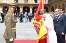 Momento del Acto en el que SM Reina Letizia Besa la Bandera, luego de ser Bendecida.-