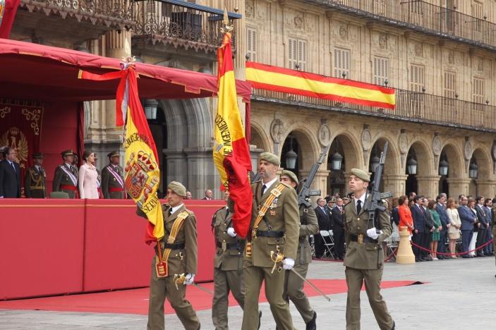 Doña Letizia, en la Tribuna Real, contempla el paso de la nueva enseña junto a la antigua bandera