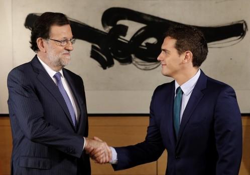 l presidente del Gobierno en funciones, Mariano Rajoy (i), y el líder de Ciudadanos, Albert Rivera, durante la entrevista que mantuvieron ayer