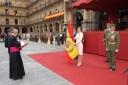 Su Majestad la Reina, con la nueva bandera desplegada, en el instante en el que es bendecida por el vicario Episcopal