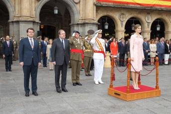 Su Majestad la Reina durante la interpretación del Himno Nacional