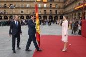 Su Majestad la Reina recibe, de manos del alcalde y el presidente de la Diputación de Salamanca, la nueva bandera