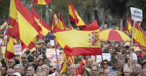 cataluna-centro-de-barcelo-con-mas-de-5000-personas-acompanando-banderas