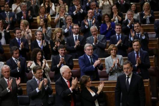 el-presidente-del-gobierno-en-funciones-mariano-rajoy-recibe-los-aplausos-de-sus-diputados-susana-vera-reuters