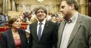 Carme Forcadell, Carles Puigdemont y Oriol Junqueras, en el Pleno del Parlamento catalán donde se aprobó la celebración de un referéndum de independencia / EFE.- El Parlamento catalán desdeña la vía penal del TC y aprueba un referéndum unilateral La Cámara catalana mantiene su desafío el mismo día en que el Alto Tribunal advierte de la ilegalidad de someter a votación propuestas rupturistashttp://cronicaglobal.elespanol.com/politica/el-parlamento-catalan-desdena-la-via-penal-del-tc-y-aprueba-un-referendum-unilateral_61734_102.html?utm_source=newsletter&utm_medium=email&utm_campaign=diario20161007