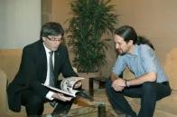 """Pablo Iglesias ha reafirmado su compromiso con la celebración de una consulta. """"Es la mejor solución"""", ha dicho tras dos horas de reunión con Carles Puigdemont, a quien le ha """"garantizado"""" que Podemos mantiene """"su palabra"""" de """"consultar a los catalanes sobre su futuro"""". """"El derecho a decidir sólo se puede concretar con un referéndum. Defendimos, defendemos y defenderemos el referéndum"""", ha sentenciado en varias ocasiones el líder de Podemos durante la rueda de prensa que ha ofrecido en el Palacio de la Generalidad.http://www.libertaddigital.com/espana/2016-04-08/pablo-iglesias-evita-condenar-los-insultos-de-maduro-a-rajoy-1276571566/"""