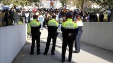 Detenida la alcaldesa de Berga, acusada de delito electoral por no descolgar una 'estelada' ACN / MAR MARTÍ Los Mossos custodian la entrada de los juzgados de Berga, mientras decenas de personas protestan por la detención de la alcaldesa, Montserrat Venturós.http://www.elperiodico.com/es/noticias/politica/detenida-alcaldesa-berga-montserrat-venturos-acusada-no-descolgar-estelada-5607442