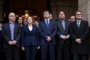 La presidenta del Parlament, Carme Forcadell (2i), acompañada por el presidente de la Generalitat, Carles Puigdemont (c); el vicepresidente, Oriol Junqueras (2d); el expresidente Artur Mas (d); el portavoz de JxS, Jordi Turull (i), otros miembros del gobierno catalán y otros cargos http://www.larazon.es/fotogalerias/la-declaracion-de-forcadell-en-imagenes-FH14133143