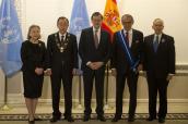 El presidente del Gobierno, Mariano Rajoy, junto al secretario general de Naciones Unidas, Ban Ki-moon; su esposa, Ban Soon-taek; el vicesecretario general de la ONU, Jan Eliasson, y el jefe de Gabinete del secretario general, Edmond Mulet, tras la ceremonia de entrega de condecoraciones por parte del jefe del Ejecutivo español. Secretaría General de Naciones Unidas, Nueva York (Estados Unidos) - 20/12/2016 http://www.lamoncloa.gob.es/multimedia/galeriasfotograficas/presidente/Paginas/2016/201216rajoy-bankimoon.aspx