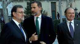 """La VI Conferencia de Presidentes ha acordado este martes que el nuevo sistema de financiación autonómica se apruebe este 2017, una vez que los trabajos para elaborarlo comenzarán dentro de un mes, cuando se constituya la comisión de expertos con participantes de todas las administraciones. Así lo ha asegurado el presidente del Gobierno, Mariano Rajoy, que ha comparecido tras más de seis horas de reunión con los presidentes autonómicos para señalar que en el debate sobre el nuevo modelo de financiación autonómica """"no caben imposiciones ni mayorías de unos y otros"""", sino que se requiere un acuerdo con las comunidades y también en el Parlamento. Ante ese horizonte, ha pedido a los presidentes autonómicos que hagan """"un esfuerzo de entendimiento"""", de la misma forma que ha garantizado que lo va a hacer también el Gobierno central. Las comunidades autónomas han mostrado, al término de la reunión, su satisfacción con el acuerdo.http://www.rtve.es/noticias/20170117/financiacion-autonomica-ley-dependencia-centran-vi-conferencia-presidentes/1474420.shtml"""
