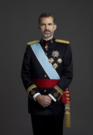Su Majestad el Rey Don Felipe VI con uniforme de gran etiqueta de Capitán General del Ejército de Tierra.- © Casa de S.M. el Rey / Gorka Lejarcegi http://www.casareal.es/ES/FamiliaReal/ReyFelipe/Paginas/subhome.aspx