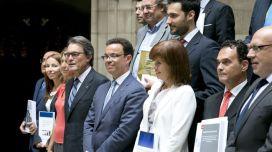 Artur Mas i Joan Iglesias, al costat dels experts que ahir van presentar el projecte d'Hisenda pròpia al Palau de la Generalitat. / FRANCESC MELCION http://www.ara.cat/politica/Mas-planeja-Hisenda-premii-compleixi_0_1402059849.html