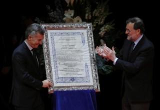 """El presidente del Gobierno, Mariano Rajoy (d), hace entrega del Premio Nueva Economía Fórum 2017 al presidente de Argentina, Mauricio Macri (i), en un acto celebrado hoy en el Teatro Real de Madrid. (""""Rajoy y Macri apuestan por la libertad económica frente a los «vientos proteccionistas» http://www.larazon.es/espana/rajoy-y-macri-apuestan-por-la-libertad-economica-frente-a-los-vientos-proteccionistas-NI14584854?sky=Sky-Febrero-2017#Ttt1se6AC5dgXTBv"""