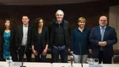 Sindicatos y partidos vascos, salvo el PP, han apoyado hoy el desarme de ETA anunciado para el próximo sábado, día 8, con la presentación pública de un documento en Bilbao. BILBAO. El texto ha sido firmado y presentado por PNV, EH Bildu, PSE-EE, Geroa Bai, Podemos, Izquierda Unida y los sindicatos ELA, LAB, CCOO y UGT, así como otros sindicatos minoritarios. El documento, cuya finalidad es replicar en Euskadi y Navarra el apoyo político y social que se produjo en Iparralde a los mediadores en el desarme de ETA, ha sido leído por la secretaria general de LAB, Ainhoa Etxaide, y por la socialista Rafaela Romero. La declaración es prácticamente igual a la que mañana se debatirá en el Parlamento vasco a iniciativa de PNV y PSE-EE, y que será aprobada ya que cuenta con el apoyo de EH Bildu y Elkarrekin Podemos.http://www.noticiasdegipuzkoa.com/2017/04/05/politica/euskadi/sindicatos-y-partidos-vascos-salvo-el-pp-apoyan-el-desarme-de-eta