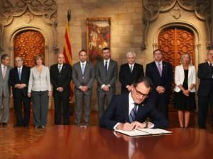Mas firmando la convocatoria de la consulta del 9-N con su gobierno antes de romper CiU.https://clementepolo.wordpress.com/tag/pacto-nacional-por-el-referendum/