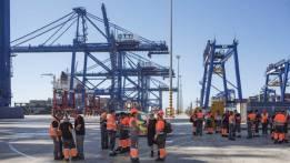 Estibadores ejerciendo su derecho a la huelga en la terminal de TTIA del Puerto de Algeciras. MARCOS MORENO EL PAÍS | ATLAS http://www.cadenadesuministro.es/noticias/anesco-llama-al-dialogo-a-los-sindicatos-y-les-pide-que-desconvoquen-la-huelga/