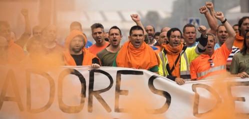 """La huelga de 48 horas que los estibadores secundan desde las 8.00 horas de este miércoles está provocando un """"paro total"""" de la red de puertos españoles, dado el masivo seguimiento de este colectivo del paro, que registra una adhesión del 100%, según informaron a Europa Press en fuentes de Coordinadora de Trabajadores del Mar, principal sindicato del gremio. El sindicato destaca no obstante que la jornada de huelga se desarrolla con normalidad, """"sin incidentes y con un estricto cumplimiento de los servicios mínimos fijados por el Ministerio de Fomento. """"Los servicios mínimos se están cumpliendo a rajatabla"""", aseguran en fuentes de Coordinadora, que ha convocado el paro junto con CC.OO., UGT, CIG y CGT. Leer más: Los estibadores dicen que hay un «paro total» por el masivo seguimiento de la huelga http://www.larazon.es/economia/los-estibadores-dicen-que-hay-un-paro-total-en-los-puertos-por-el-masivo-seguimiento-de-la-huelga-GP15382141?sky=Sky-Julio-2017#Ttt1BNEgCDJm84AZ"""