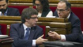 Turull 'pasándole' la ley de transitoriedad jurídica a Puigdemont.https://clementepolo.wordpress.com/tag/pacto-nacional-por-el-referendum/