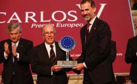 """Su Majestad el Rey hace entrega del """"Premio Europeo Carlos V"""" a Marcelino Oreja © Casa de S.M. el Rey"""