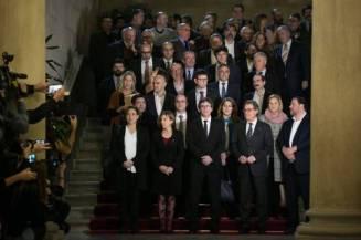 Foto de los representantes de los partidos políticos y las organizaciones secesionistas que acudieron a la reunión el 23 de diciembre de 2016. En la segunda fila en el ángulo superior derecho aparece Carles Sastre, asesino convicto del empresario José María Bultó. Al parecer, a Puigdemont, Mas, Junqueras, Colau, etc. no les supone un problema posar con Sastre. https://clementepolo.wordpress.com/2017/01/07/cataluna-2017-igualdad-o-secesion/