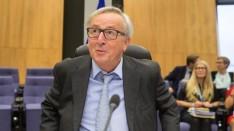 """….""""El presidente de la Comisión Europea, Jean-Claude Juncker, ha cerrado este viernes la puerta a una posible mediación de la Unión Europea en la crisis política en Cataluña, porque a su juicio crearía """"más caos""""; al tiempo que ha rechazado la independencia como opción porque no quiere """"una Europa formada por 90 países"""". """"Si permitimos, aunque no sea nuestro asunto, que Cataluña se independice, también lo harán otros después y eso no me gusta. No quiero una Unión Europea que dentro de 15 años esté formada por 90 países, sería imposible"""", ha defendido Juncker en una charla con estudiantes en Luxemburgo. El jefe del Ejecutivo comunitario también ha explicado que la Unión Europea no piensa intervenir como mediador para salir de la crisis, a pesar de que así lo hayan solicitado desde la Generalitat, y ha recalcado que cuando ha asumido ese papel lo ha hecho """"entre Estados miembro"""". Presidente de la Comisión Europea, Jean-Claude Juncker http://www.larazon.es/espana/juncker-deja-claro-que-la-ue-no-mediara-en-la-crisis-de-cataluna-AG16544620"""