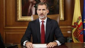 Son momentos difíciles, pero los superaremos. Son momentos muy complejos, pero saldremos adelante. Porque creemos en nuestro país y nos sentimos orgullosos de lo que somos. Porque nuestros principios democráticos son fuertes, son sólidos. Y lo son porque están basados en el deseo de millones y millones de españoles de convivir en paz y en libertad. Así hemos ido construyendo la España de las últimas décadas. Y así debemos seguir ese camino, con serenidad y con determinación. En ese camino, en esa España mejor que todos deseamos, estará también Cataluña. Termino ya estas palabras, dirigidas a todo el pueblo español, para subrayar una vez más el firme compromiso de la Corona con la Constitución y con la democracia, mi entrega al entendimiento y la concordia entre españoles, y mi compromiso como Rey con la unidad y la permanencia de España. «Ante esta situación de extrema gravedad, que requiere el firme compromiso de todos con los intereses generales, es responsabilidad de los legítimos poderes del Estado asegurar el orden constitucional y el normal funcionamiento de las instituciones, la vigencia del Estado de Derecho y el autogobierno de Cataluña, basado en la Constitución y en su Estatuto de Autonomía», afirmó.http://www.abc.es/play/television/noticias/abci-mensaje-seguido-124-millones-espectadores-201710040939_noticia.html